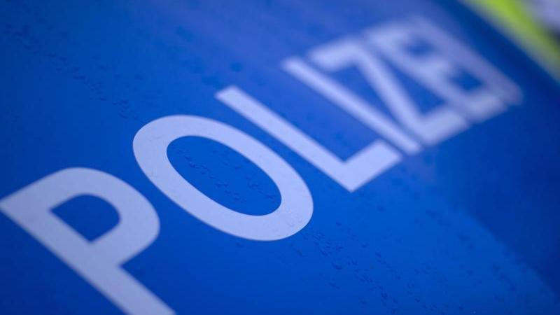 """Der reflektierende Schriftzug """"Polizei"""" ist auf einem Streifenwagen zu sehen. Foto: Jens Büttner/dpa-Zentralbild/ZB/Symbolbild"""