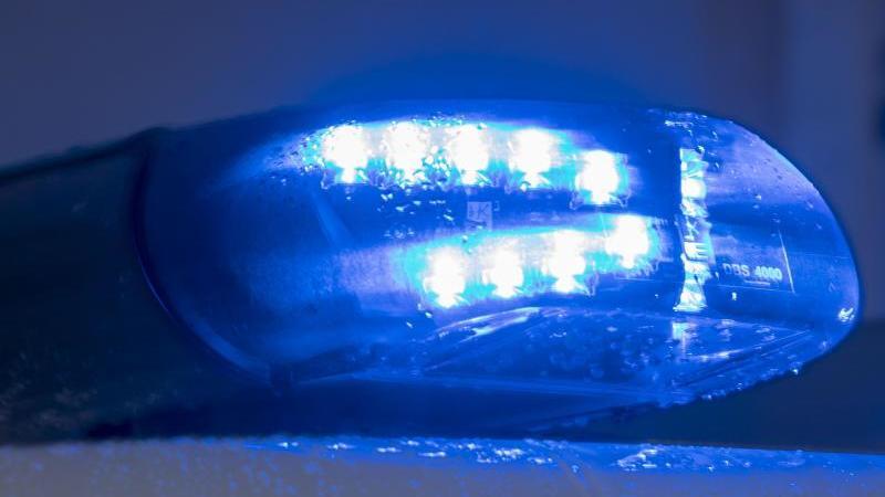 Blaulichter leuchten auf einem Streifenwagen der Polizei. Foto: Jens Büttner/dpa-Zentralbild/ZB/Symbolbild