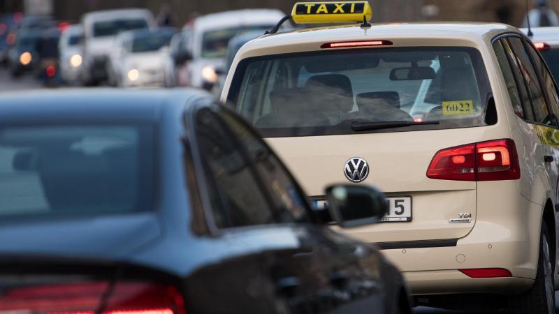 Autos stauen sich im Nachmittagsverkehr auf einer Straße. Foto: Monika Skolimowska/dpa-Zentralbild/dpa/Symbolbild