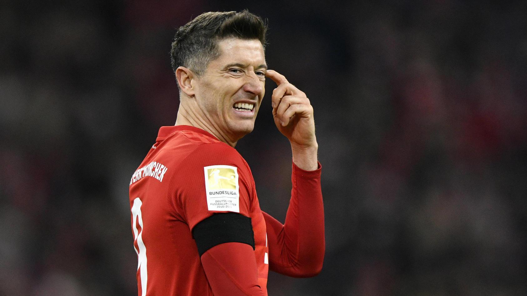 Robert Lewandowski FC Bayern München Gestik, Geste mit Köpfchen spielen FC Bayern München FCB vs SC Paderborn 07 21.02.