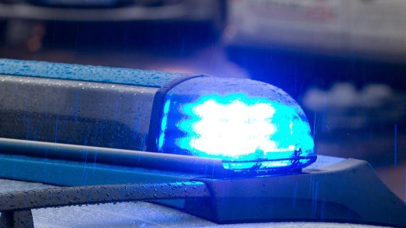 Ein Blaulicht leuchtet auf dem Dach eines Polizeifahrzeugs. Foto: picture alliance/dpa/Symbolbild