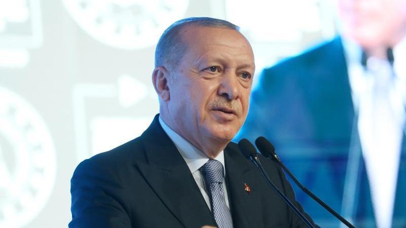 Recep Tayyip Erdogan, Präsident der Türkei, spricht während eines Treffens in Istanbul. Foto: -/Xinhua/dpa/Archivbild