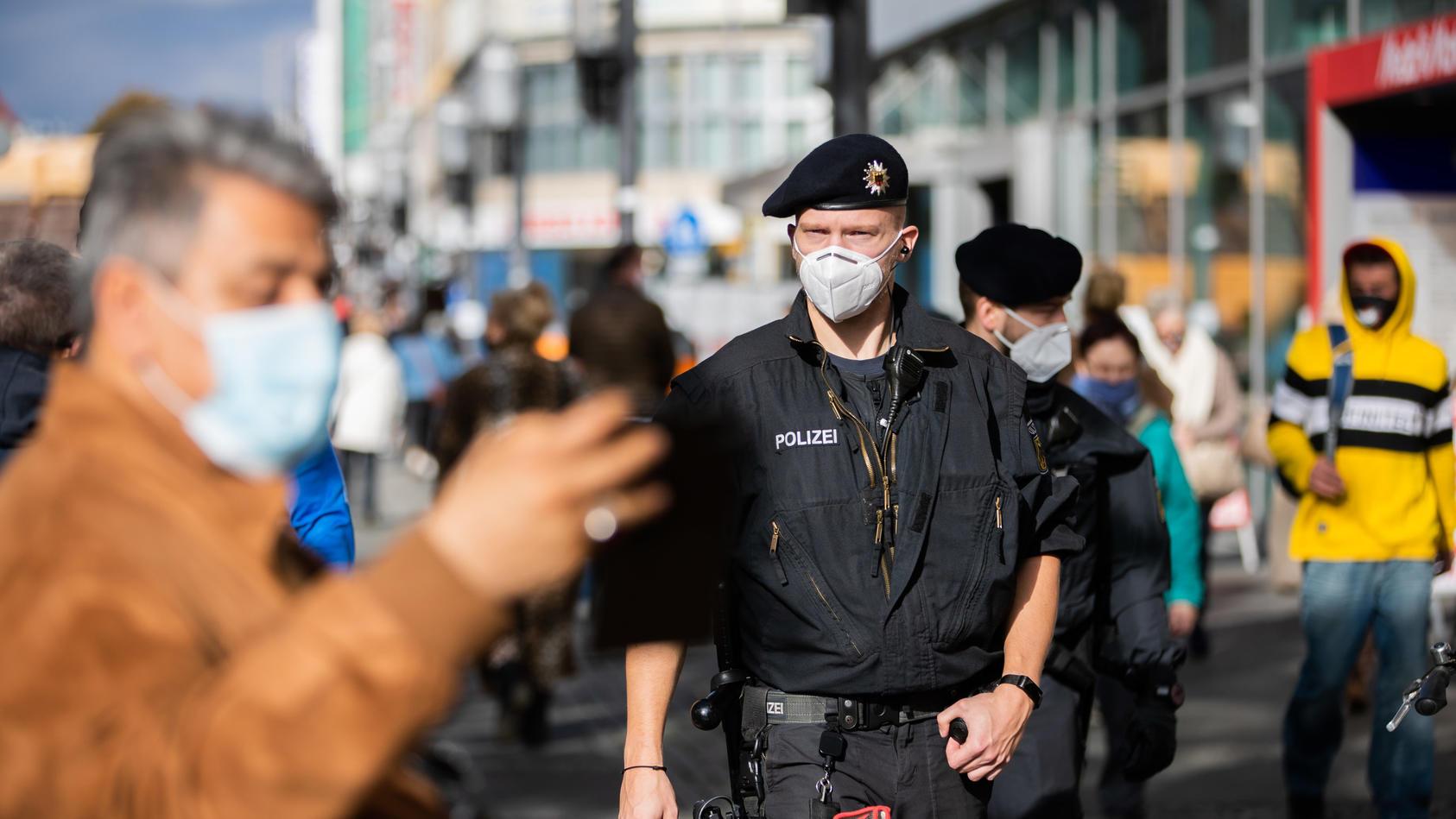 Mit stärkeren Kontrollen will dieBerlinerPolizeian diesem Wochenende darauf drängen, dass sich Menschen an die Corona-Regeln halten.