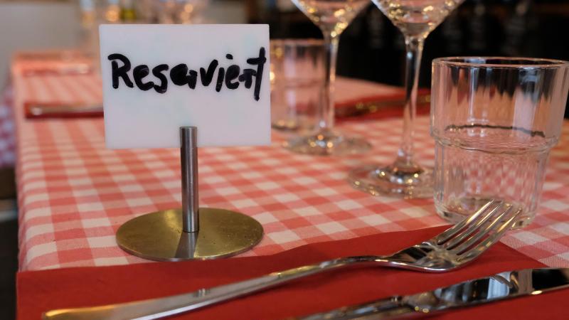 """Ein Schild mit der Aufschrift """"Reserviert"""" steht auf einem Tisch in einem Restaurant. Foto: Marcus Brandt/dpa/Archivbild"""