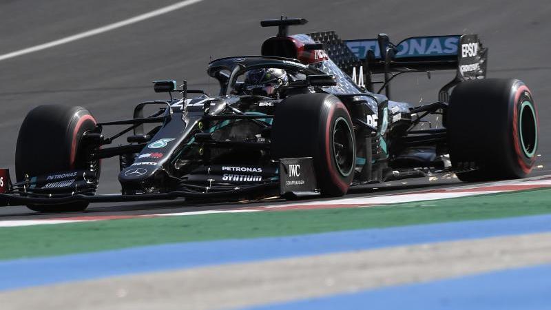 Lewis Hamilton vom Team Mercedes hat sich bei der Qualifikation für den Großen Preis von Portugal die Pole Position gesichert. Foto: Jorge Guerrero/AFP Pool/AP/dpa