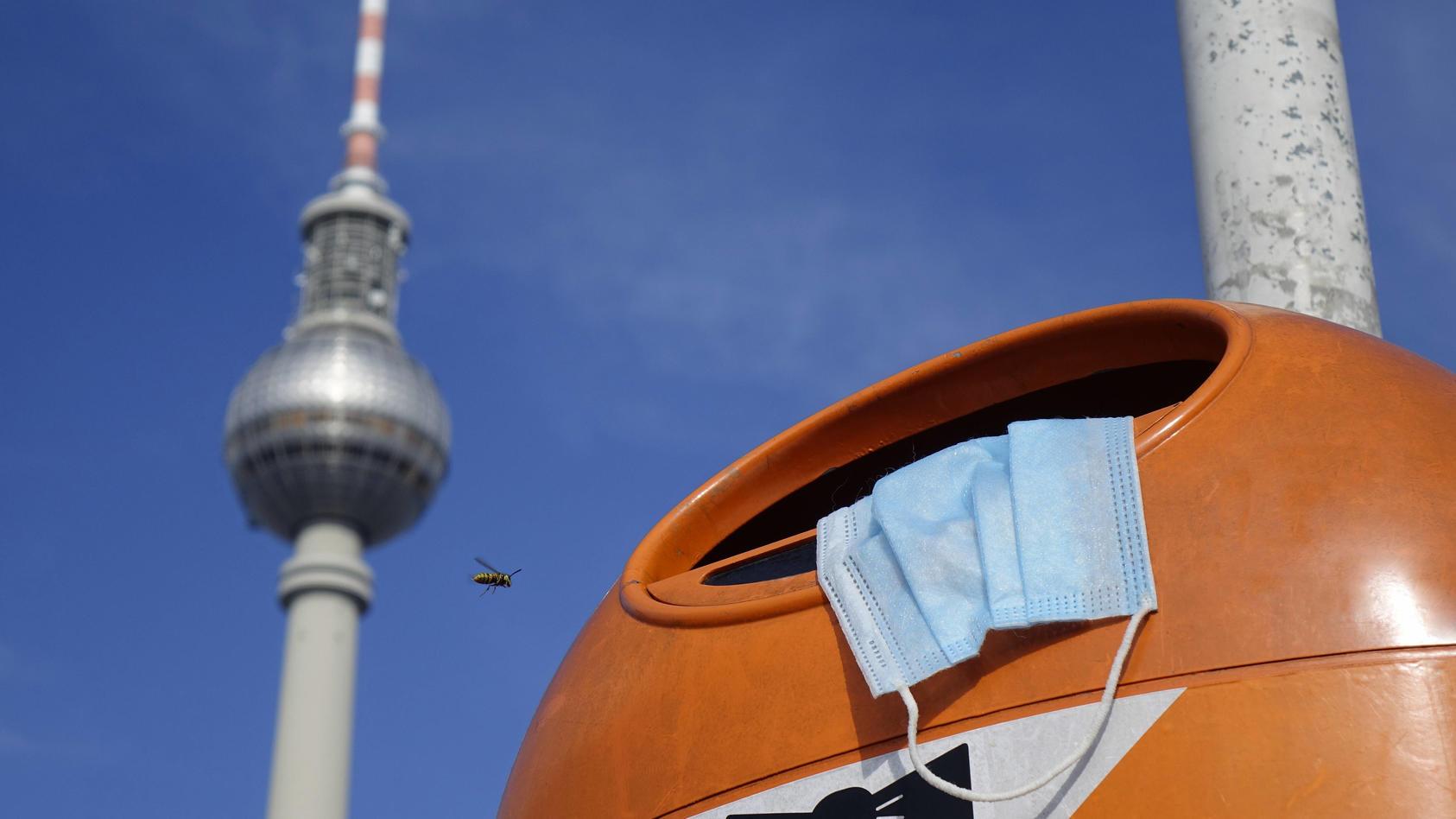 Maske und Fernsehturm Berlin