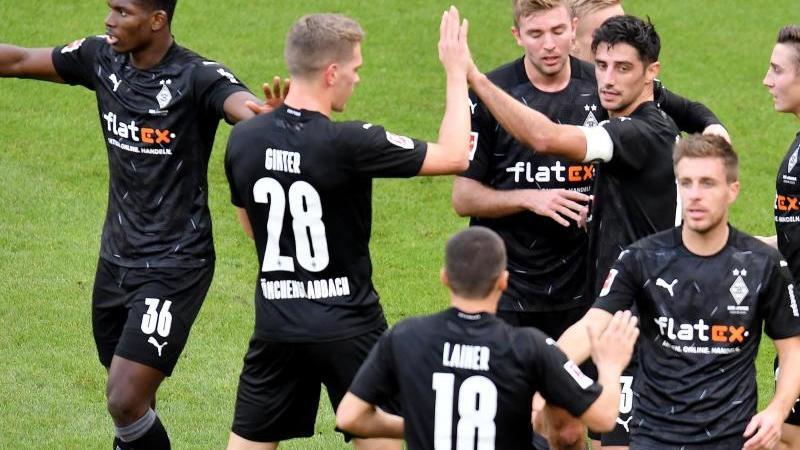 Gladbachs Mannschaft jubelt nach dem Tor zur 1:0-Führung durch Lars Stindl (3.v.r). Foto: Torsten Silz/dpa