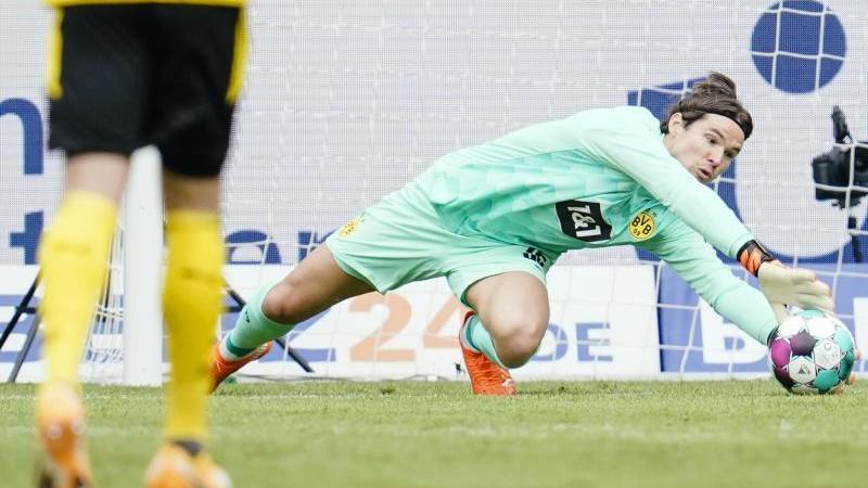 Dortmunds Torwart Roman Bürki hält einen Torschuss. Foto: Uwe Anspach/dpa/Archivbild