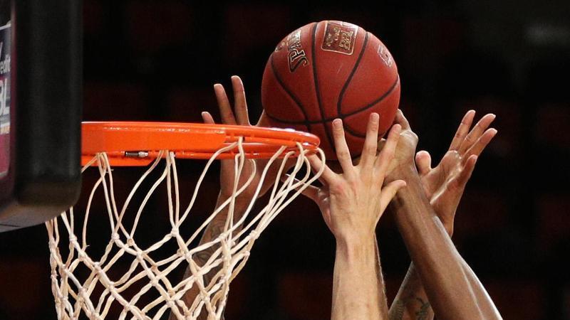 Spieler gehen zum Rebound. Foto: Adam Pretty/Getty Images Europe/Pool/dpa/Symbolbild
