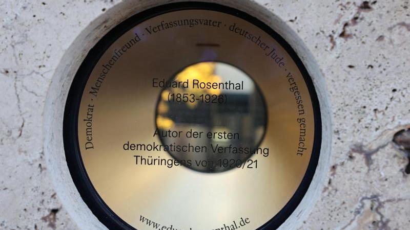 Das eingeweihte Denkmal für den Juristen Eduard Rosenthal am Gebäude des Thüringer Landtages. Foto: Bodo Schackow/dpa-Zentralbild/dpa
