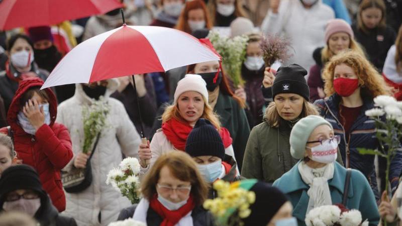 Belarussische Frauen mit Regenschirmen gehen weiter gegen die Ergebnisse der Präsidentschaftswahlen vor. Foto: -/AP/dpa