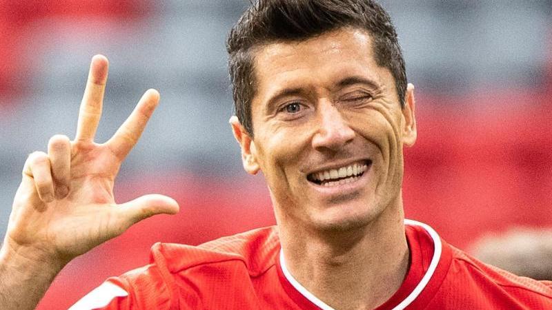 Bayerns Robert Lewandowski jubelt über seinen Treffer zum 3:0 - seinem dritten Treffer. Foto: Matthias Balk/dpa