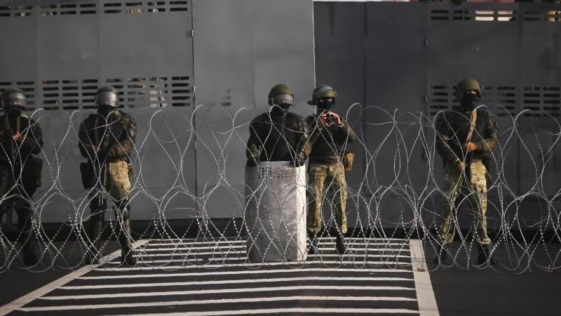 Straßensperre der belarussischen Polizei in Minsk (Archiv). Foto: Uncredited/AP/dpa