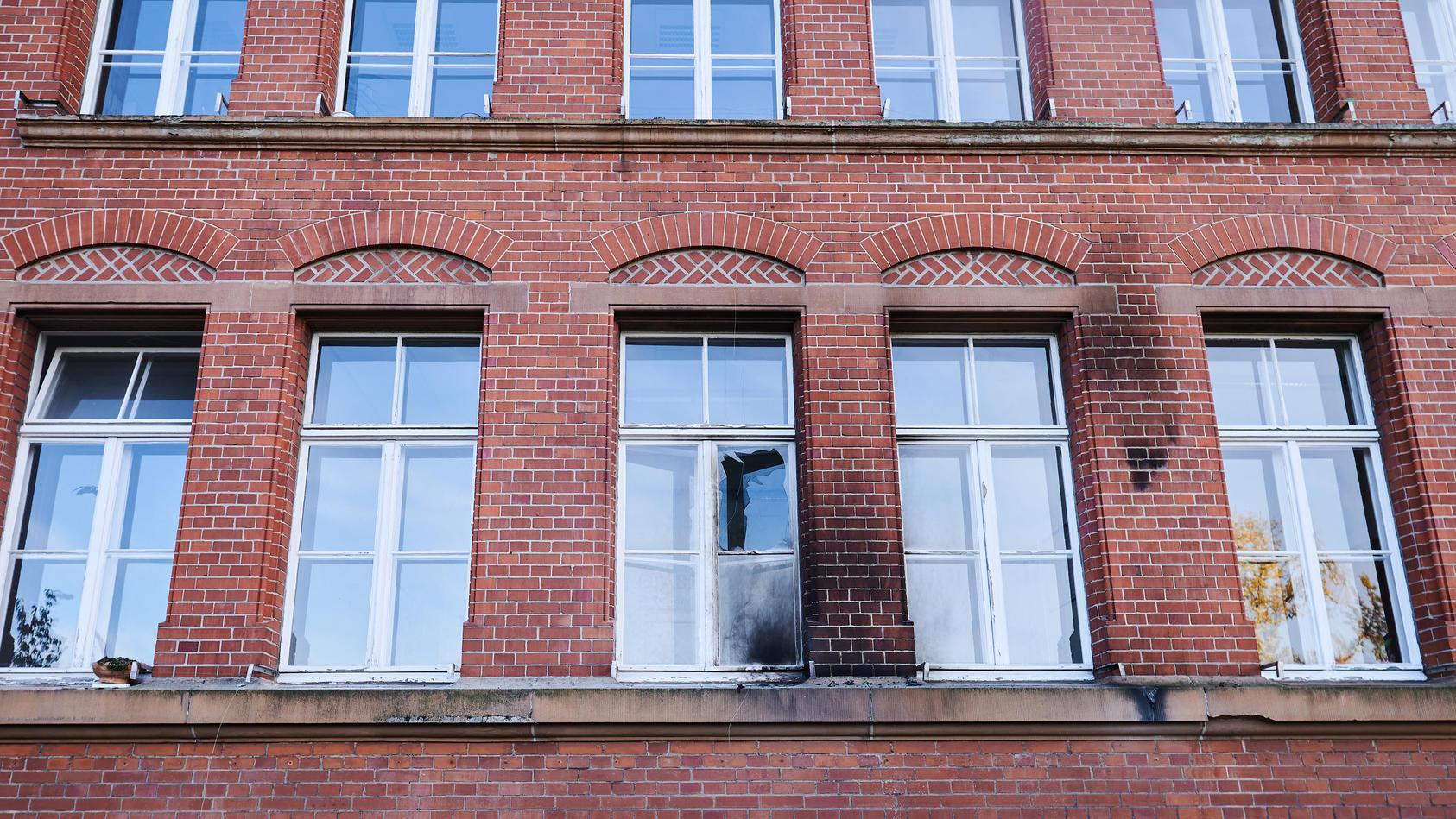 Eine zerbrochene Fensterscheibe und Rußspuren sind am Gebäude des Robert Koch-Instituts in der General-Pape-Straße zu sehen.
