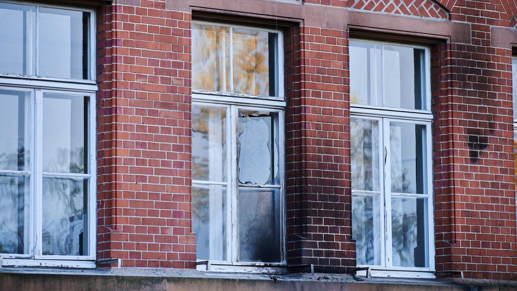 25.10.2020, Berlin: Beschädigt sind die Fassade und Fenster am Robert Koch-Institut in der General-Pape-Straße. Brandsätze hinterließen Rußspuren. Laut Polizei wurde das Gebäude in der Nacht zu Sonntag, 25.10.2020 mit Flaschen und Brandsätzen beworfe