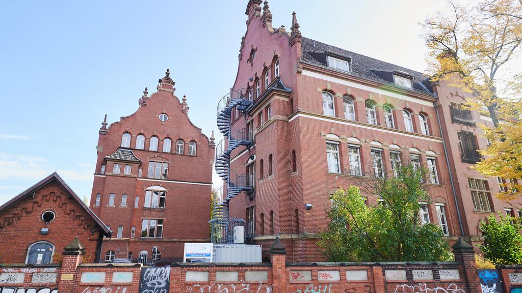 25.10.2020, Berlin: Ein Gebäude des Robert Koch-Institutes in der General-Pape-Straße, das laut Polizei in der Nacht zu Sonntag, 25.10.2020 mit Flaschen und Brandsätzen beworfen wurde. Foto: Annette Riedl/dpa +++ dpa-Bildfunk +++