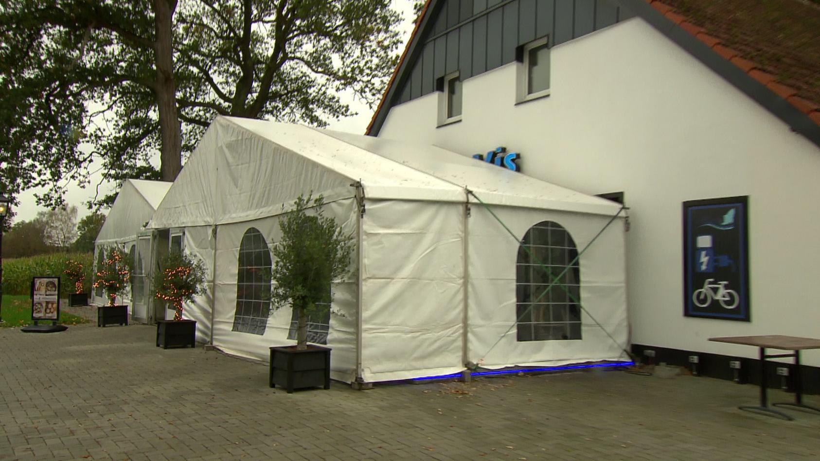 Niederländisches Restaurant serviert auf der deutschen Seite - auf der niederländischen Seite nimmt es Bestellungen auf 1