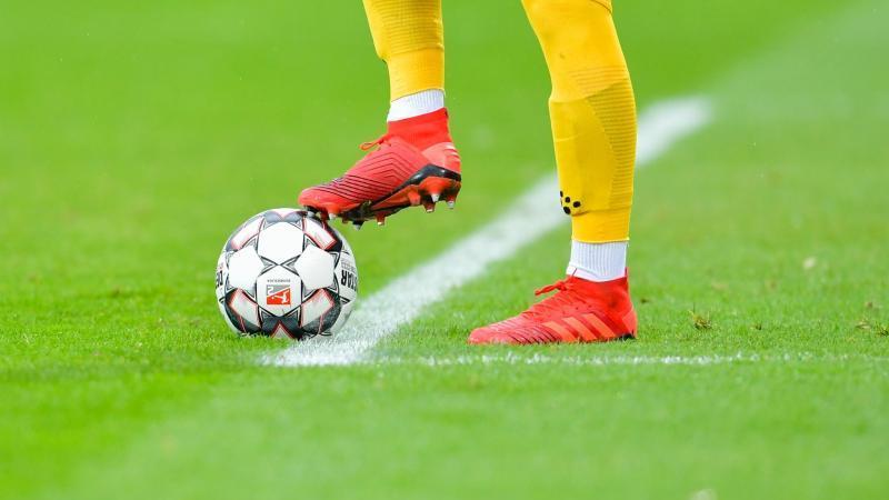 Ein Fußballer kickt den Ball. Foto: Uwe Anspach/dpa/Symbolbild