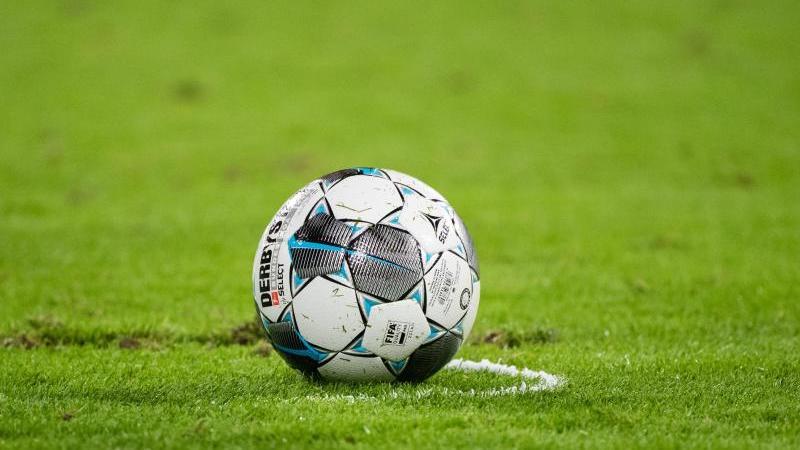 Ein Fußball liegt auf dem Rasen. Foto: Matthias Balk/dpa/Symbolbild