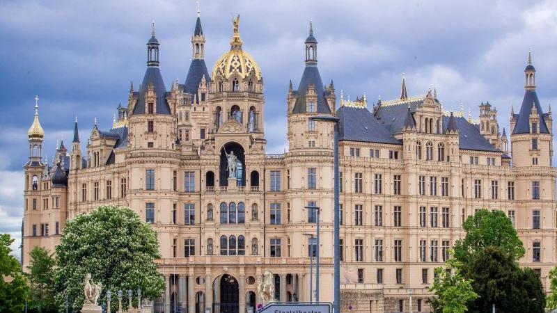 Das Hauptportal des Schweriner Schlosses. Foto: Jens Büttner/dpa-Zentralbild/ZB/Archivbild