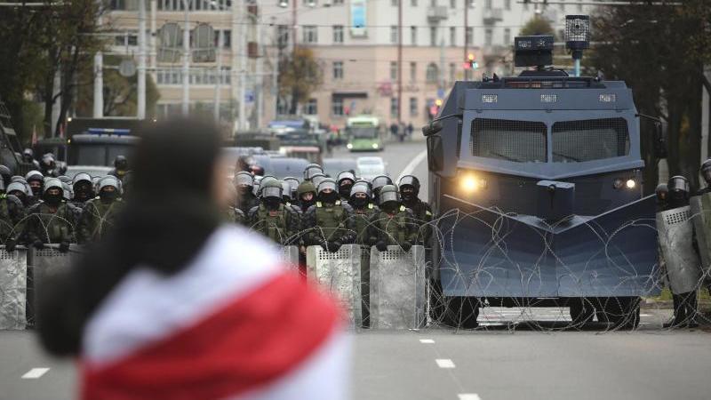 Ein Demonstrant steht in Minsk einer Reihe von Polizisten gegenüber. Foto: Uncredited/AP/dpa