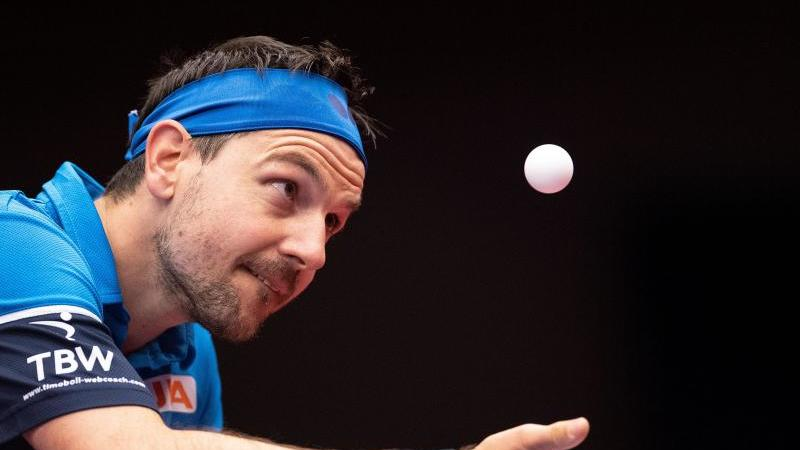 Timo Boll spielt einen Ball. Foto: Marius Becker/dpa/Archivbild