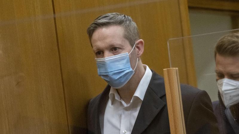 Angeklagter Stephan Ernst (l) betritt mit Maske den Gerichtssaal. Foto: Thomas Lohnes/AFP Pool/dpa/Archivbild