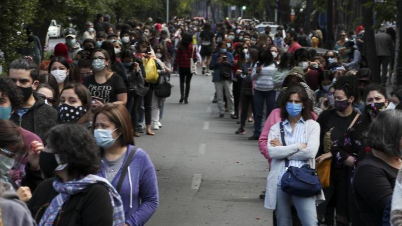 In langen Schlangen stehen die Menschen in Chiles Hauptstadt an, um ihre Stimmen abzugeben. Foto: Esteban Felix/AP/dpa