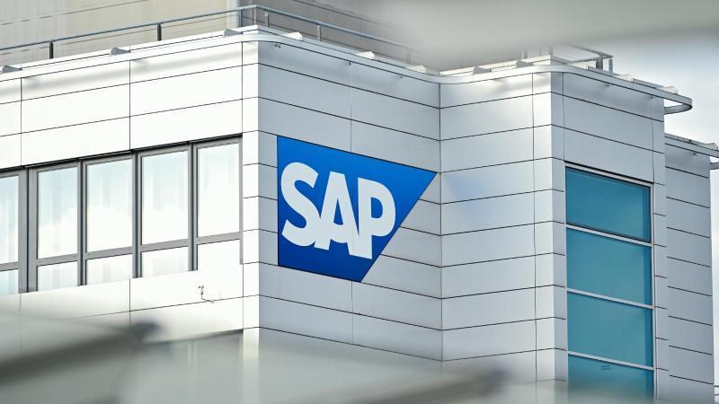 Das Firmenlogo von SAP an einem Gebäude der Unternehmenszentrale. Foto: Uwe Anspach/dpa
