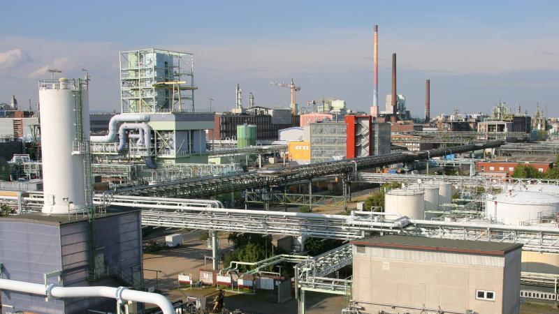 Mehrer Schornsteine und Türme ragen im Industriepark Höchst hoch. Foto: picture alliance/dpa/Archivbild