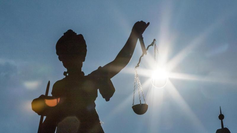 Eine Statue der Justitia wird von der Sonne angestrahlt. Foto: Frank Rumpenhorst/dpa/Symbolbild