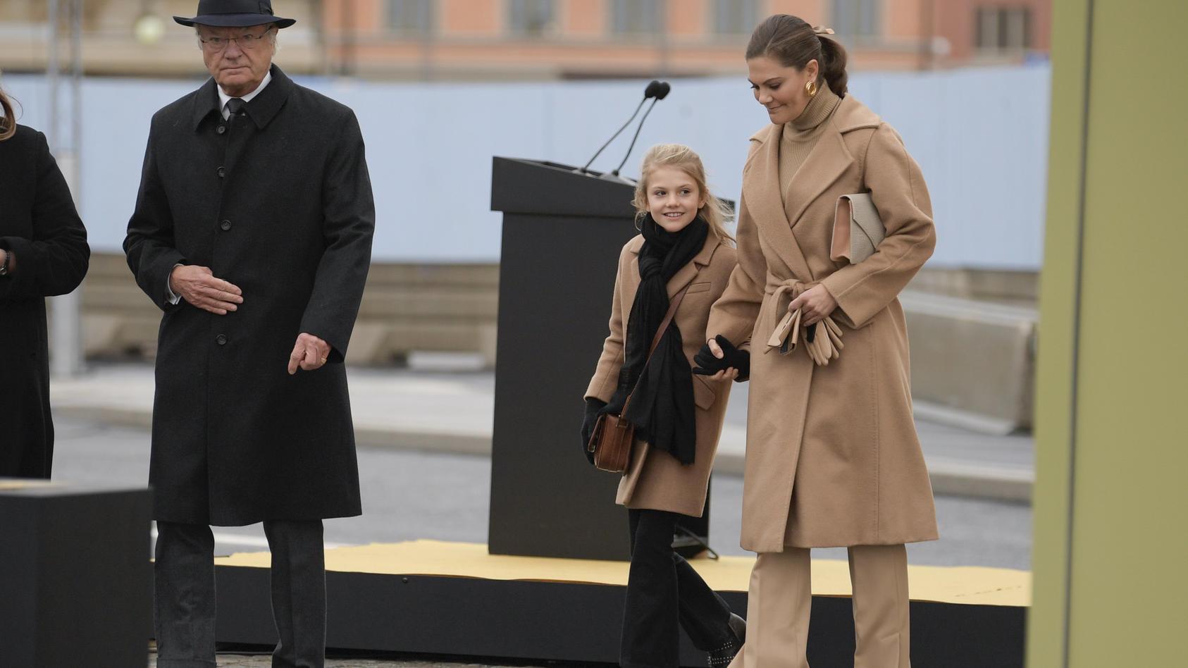König Carl Gustaf eröffnete mit Prinzessin Estelle und Kronprinzessin Victoria von Schweden eine Brücke in Stockholm.