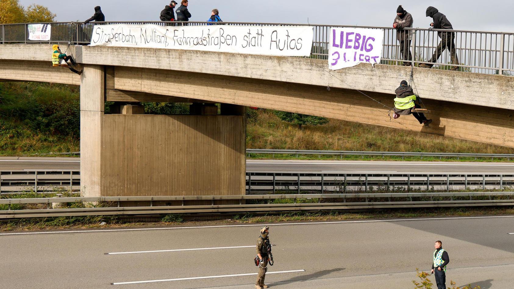 Umweltaktivisten blockieren Autobahn