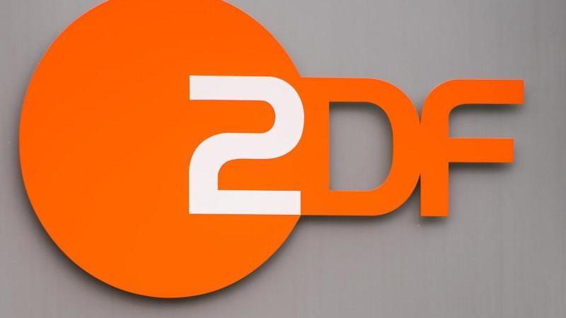 Das ZDF-Logo ist auf dem Außengelände an einer Stehle angebracht. Foto: Andreas Arnold/dpa/Archivbild