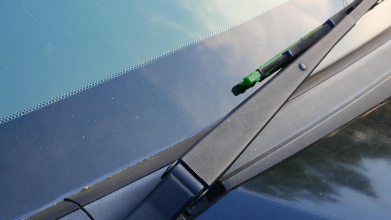 Welche Funktion haben die schwarzen Punkte und der schwarze Rand auf der Windschutzscheibe des Autos?