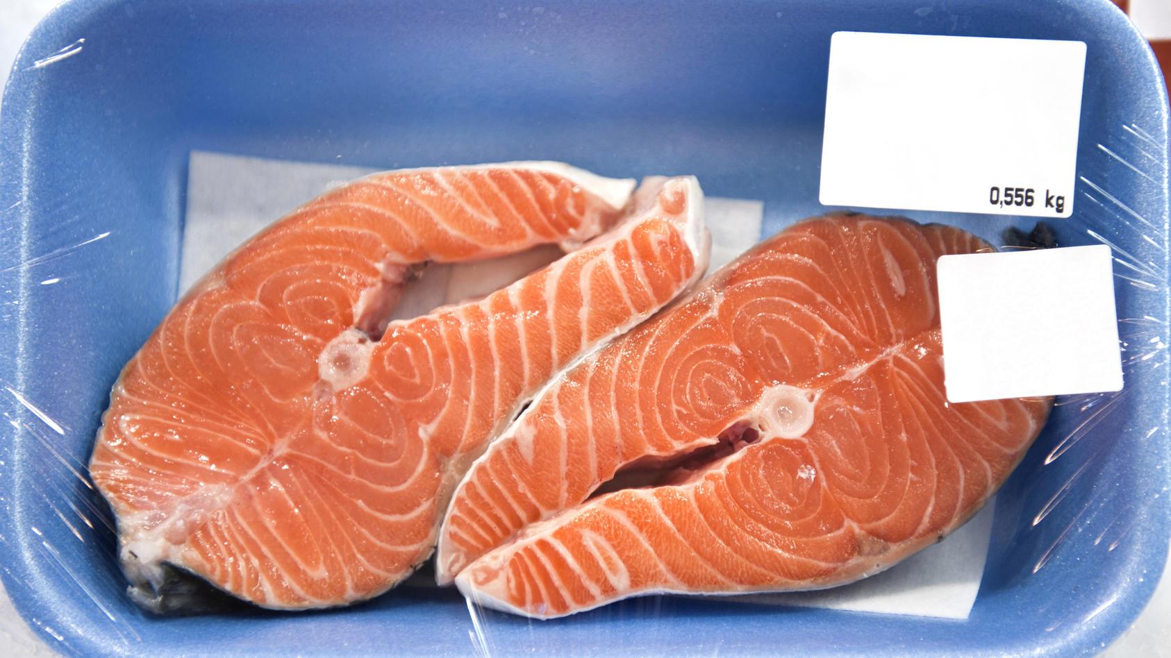 Wieso befindet sich in vielen Fleisch- und Fischpackungen eine Einlage?