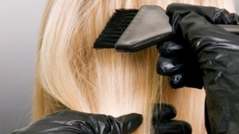 Wer zur Blondierung oder Blond-Coloration greift, tut sich bei fast allen Produkten nichts Gutes.