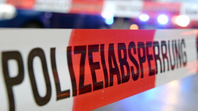 """Ein Flatterband mit der Aufschrift """"Polizeiabsperrung"""" ist an einem Einsatzort zu sehen. Foto: Patrick Seeger/Archiv"""