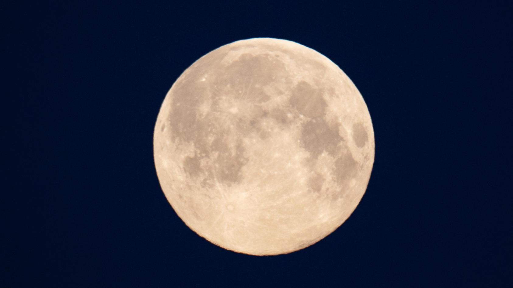 US-Forscher haben neue Hinweise auf Wasser auf dem Mond gefunden.