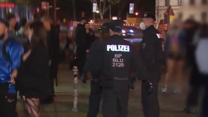 Polizisten lösen Party in Berlin auf