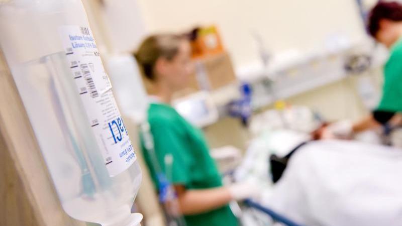 Medizinisches Personal versorgt im Krankenhaus einen Patienten. Foto: Sven Hoppe/dpa/Symbolbild