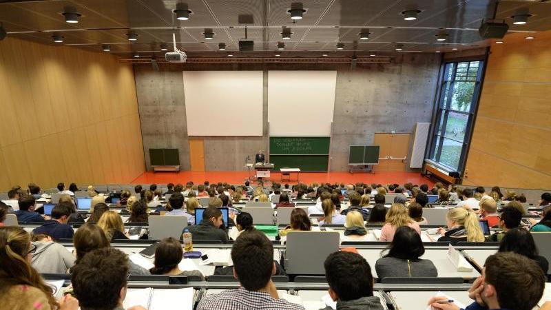 Studienanfänger zu Vor-Corona-Zeiten in einem Hörsaal der Juristischen Fakultät der Uni Potsdam. Foto: Ralf Hirschberger/dpa-Zentralbild/dpa/Archivbild