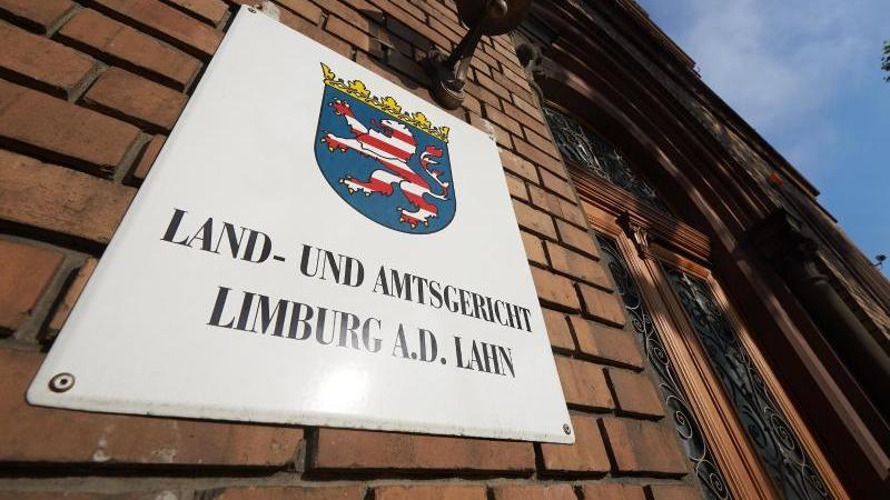 Der Eingangsbereich des Landgerichts in Limburg. Foto: Thomas Frey/dpa/Archivbild