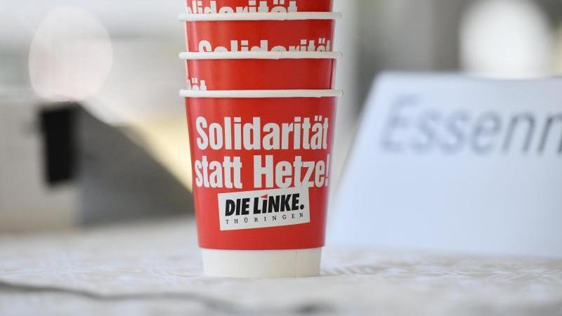 """Die Linke-Pappbecher mit dem Satz """"Solidarität statt Hetze!"""". Foto: Frank May/dpa/Symbolbild"""