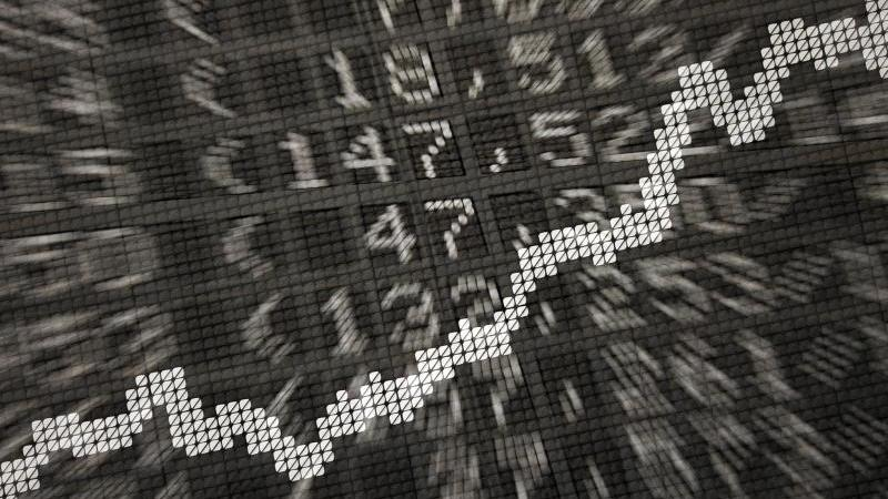 Ein Aktienkurs. Foto: Daniel Reinhardt/dpa/Symbolbild