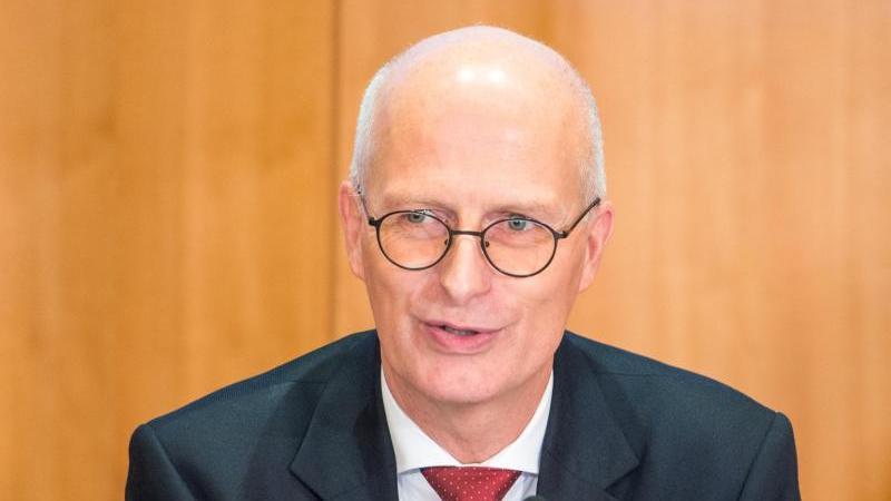 Peter Tschentscher (SPD) spricht. Foto: Daniel Bockwoldt/dpa/Archivbild
