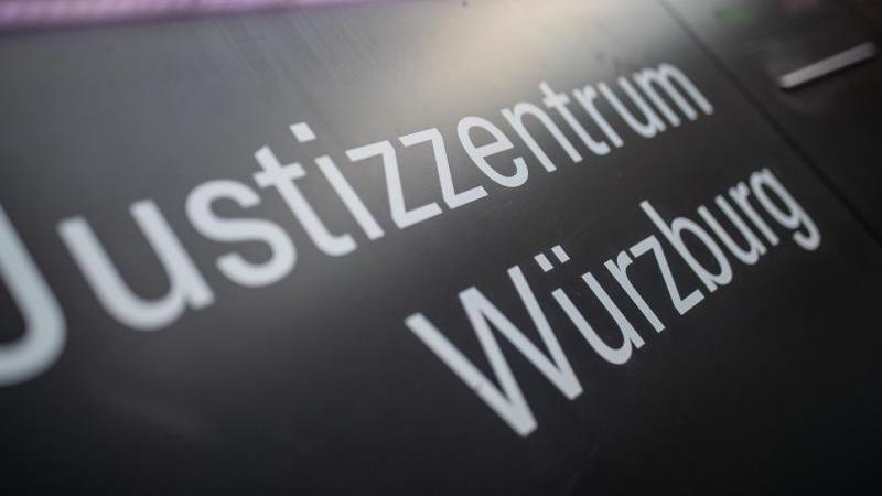 """""""Justizzentrum Würzburg"""" steht auf einem Schild im Eingangsbereich zum Landgericht. Foto: Daniel Karmann/dpa/Archivbild"""