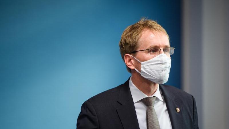 Daniel Günther (CDU), Ministerpräsident Schleswig-Holstein, mit Mundschutz. Foto: Gregor Fischer/dpa/Archivbild