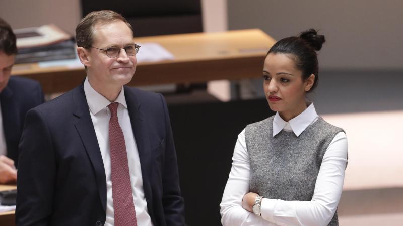 Berlins Regierender Bürgermeister Michael Müller und Staatssekretärin Sawsan Chebli. Foto: picture alliance / Jörg Carstensen/dpa/Archivbild