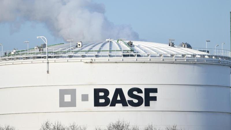 Ein BASF-Logo auf einer Industrieanlage auf dem Werksgelände des Chemiekonzerns. Foto: Uwe Anspach/dpa/Archivbild